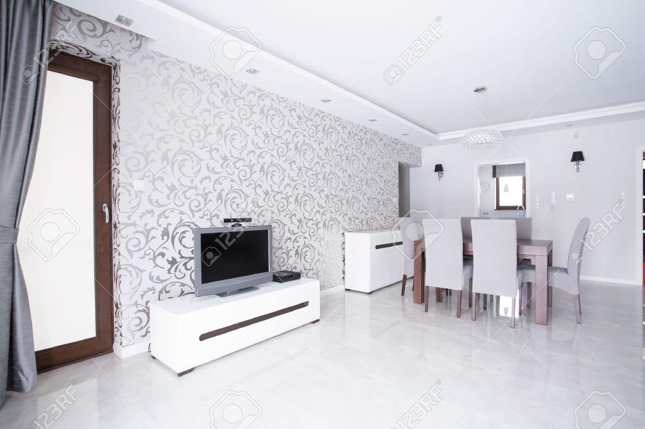 Contemporain Grand Salon Blanc Avec Papier Peint A Motifs