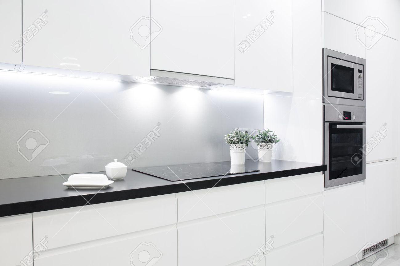 Nettoyer le blé noir avec décoration dans une petite cuisine blanche