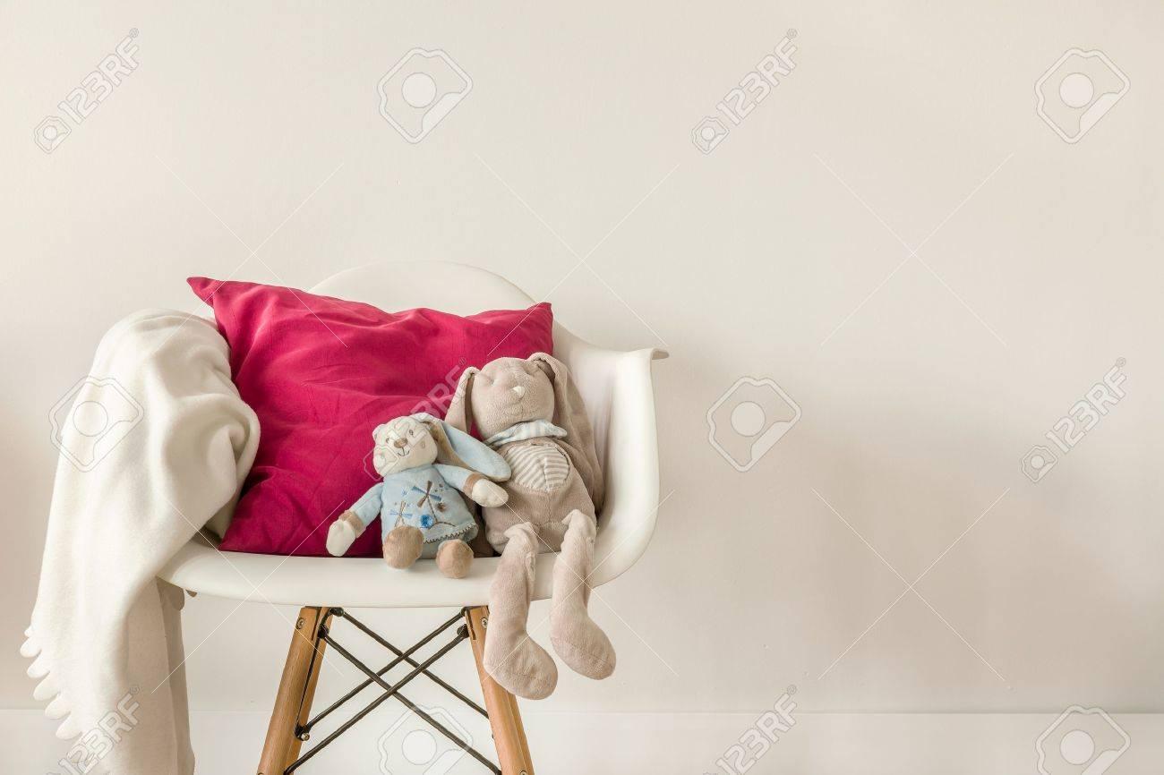 ed8f5cb3ee490 Banque d images - Photo d accessoires de bébé sur la chaise blanc moderne