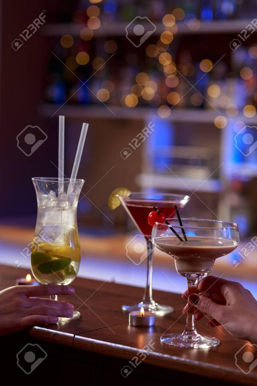 Leckere Bunte Alkoholische Getränke An Der Bar Lizenzfreie Fotos ...
