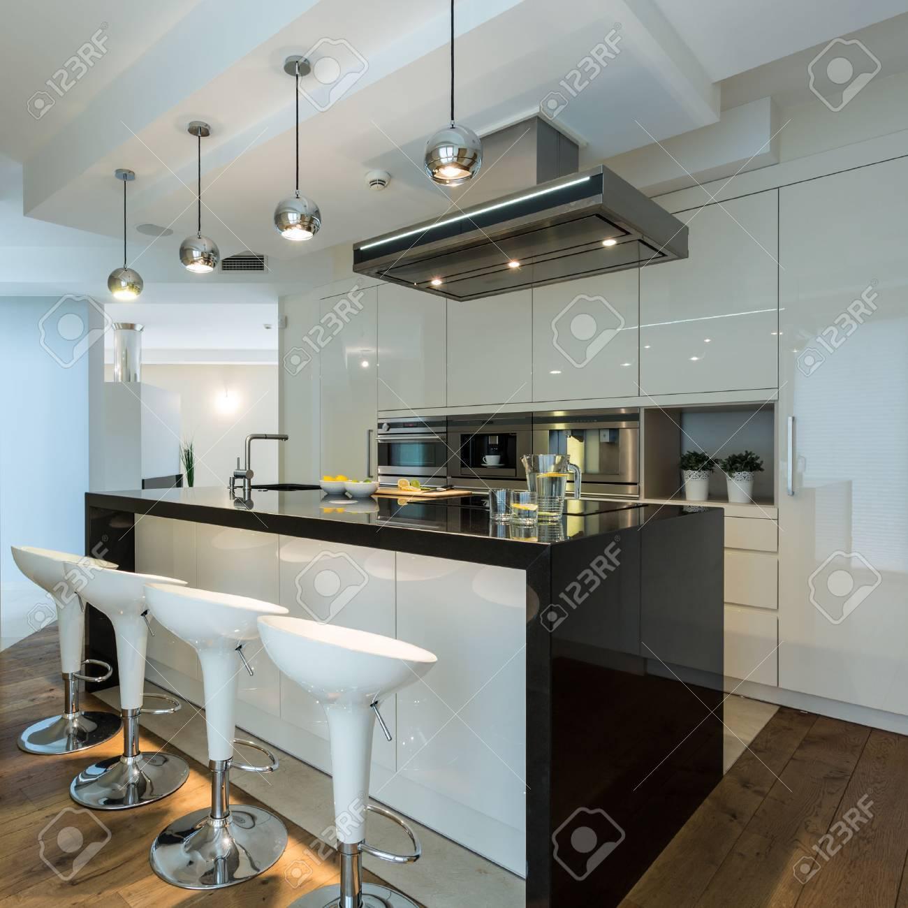 Interior De La Cocina Contemporánea Con Sillas De Diseño Fotos ...