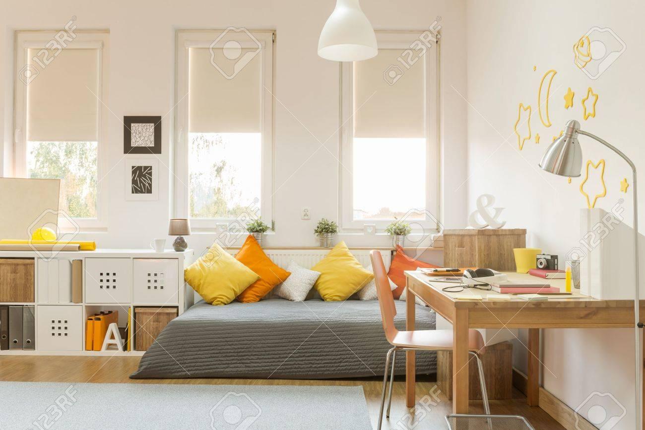 lumière chambre ado confortable avec des décorations de couleur