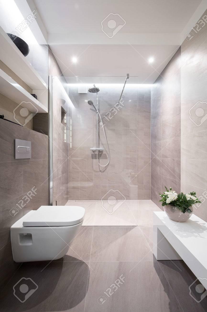 Cuarto De Baño Moderno Y De Buen Gusto En La Casa Fotos, Retratos ...