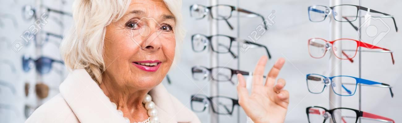 6d97193694711d Opticien patiënt en de moeilijke keuze van een bril Stockfoto - 47867455