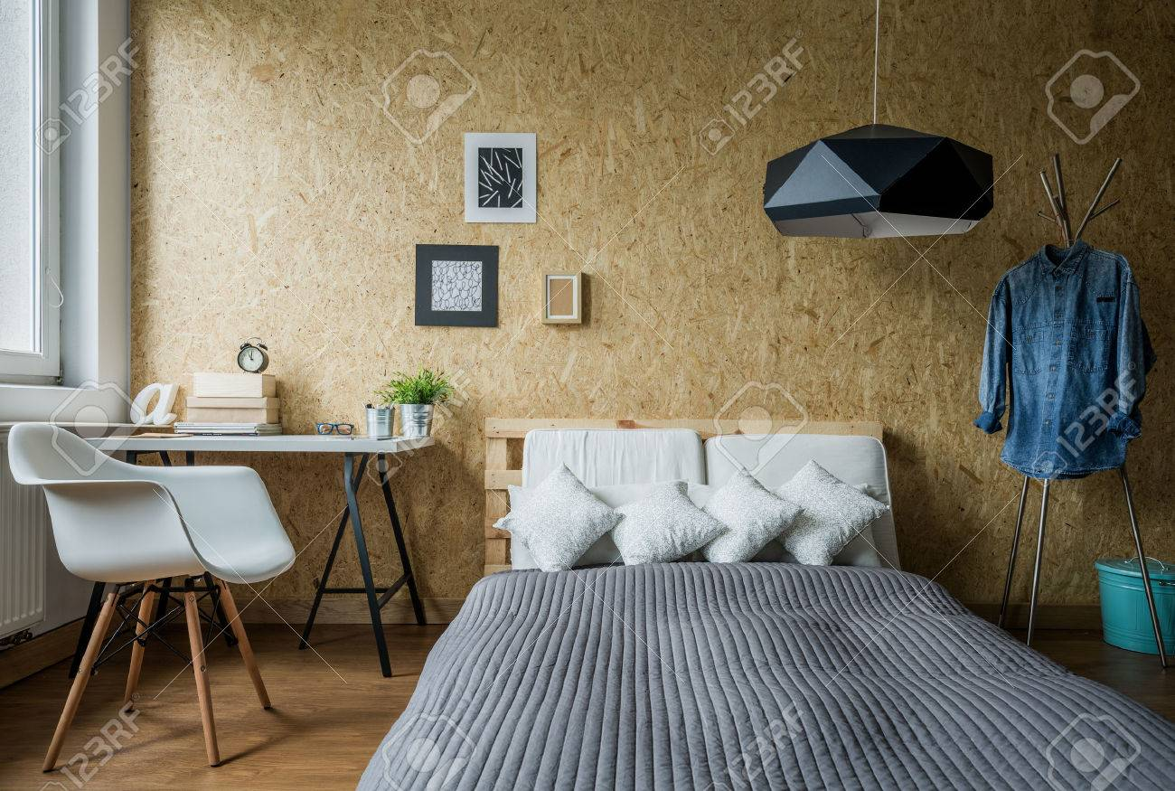Gemütliche Teenager Schlafzimmer Mit Trendigen Holzwand Standard Bild    48171404