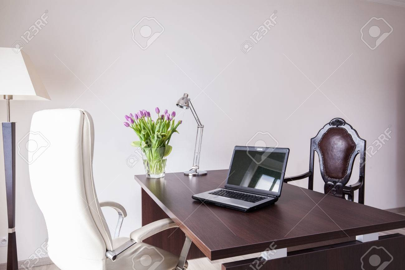 Bureau moderne et élégant dans la maison banque d images et photos