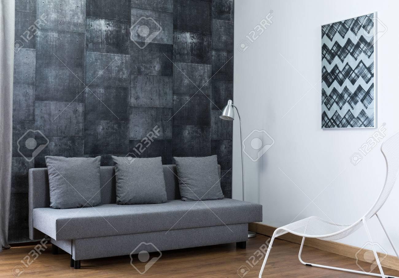 Foto Von Stilvoll Eingerichtetes Wohnzimmer Mit Neuen Tapeten ...