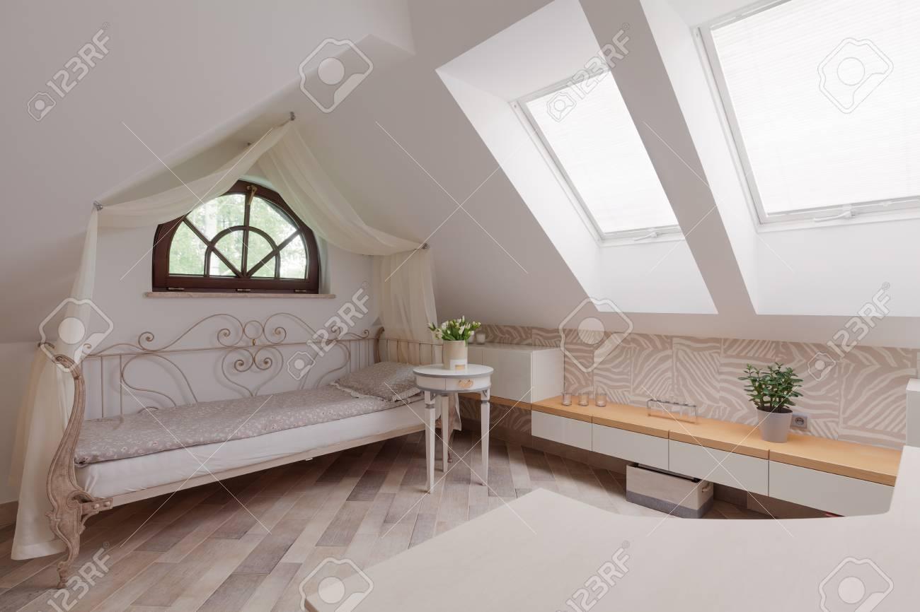 Ensoleillé Chambre Dans Le Grenier Dans Le Style Romantique Banque D ...