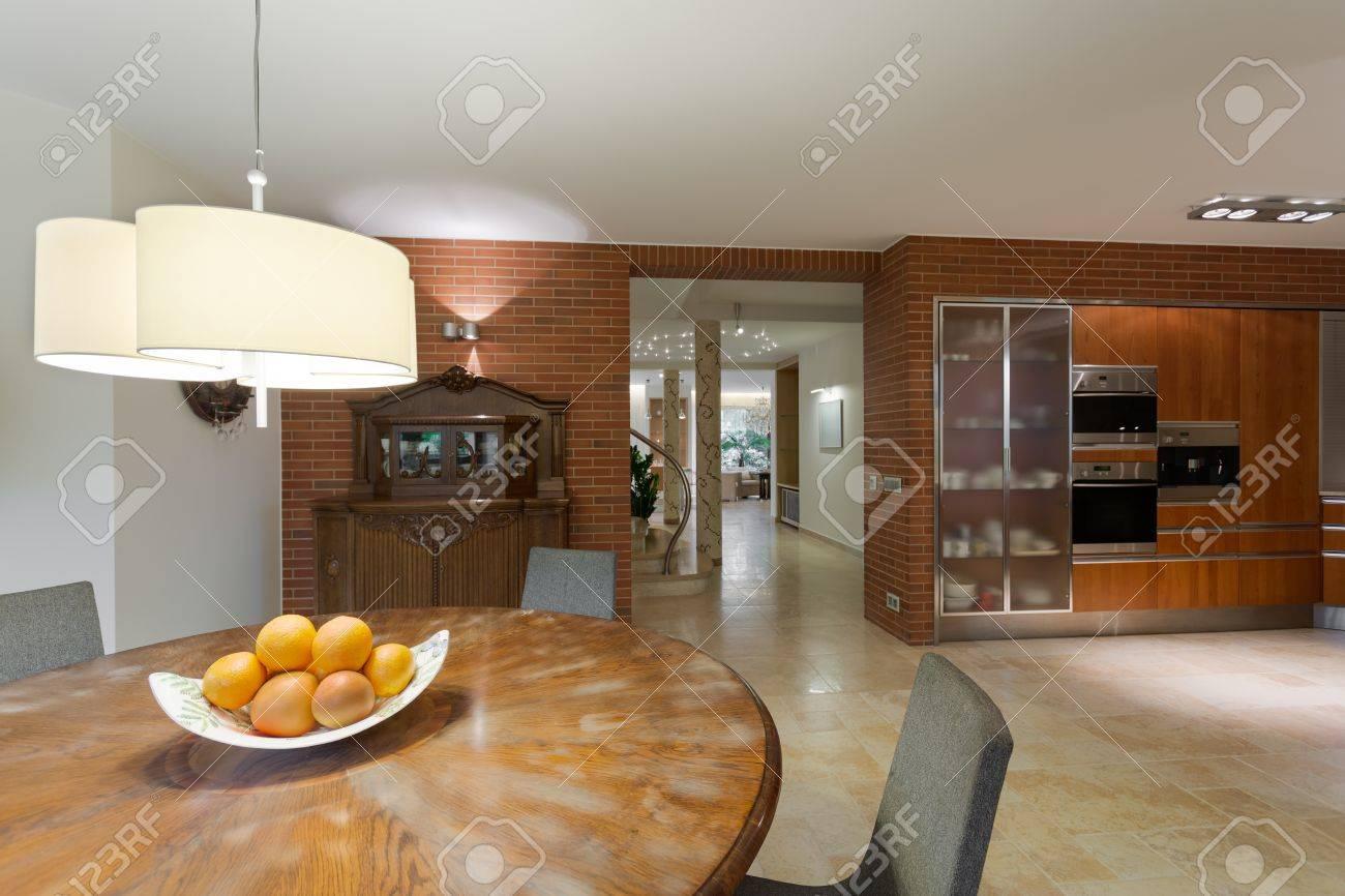 Elegante tavolo rotondo in legno in cucina contemporanea