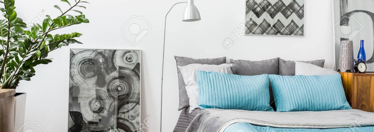 Modernes Schlafzimmer Mit Grau Und Türkis Dekorationen Lizenzfreie ...