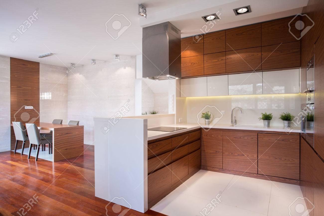 moderne glänzend küche in holz und marmor lizenzfreie fotos, bilder