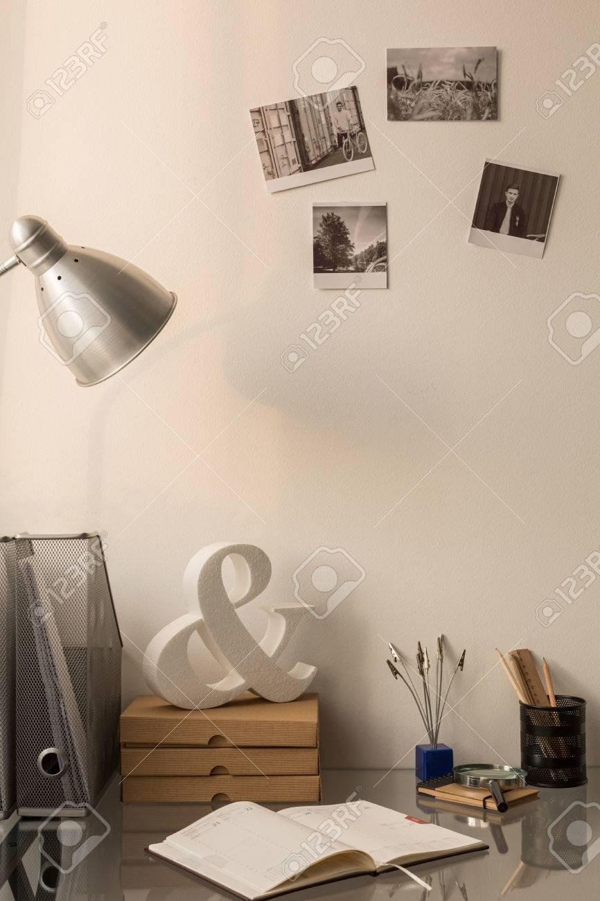 Foto Von Einfachen Schreibtisch Im Büro Zu Hause Bereich Lizenzfreie ...