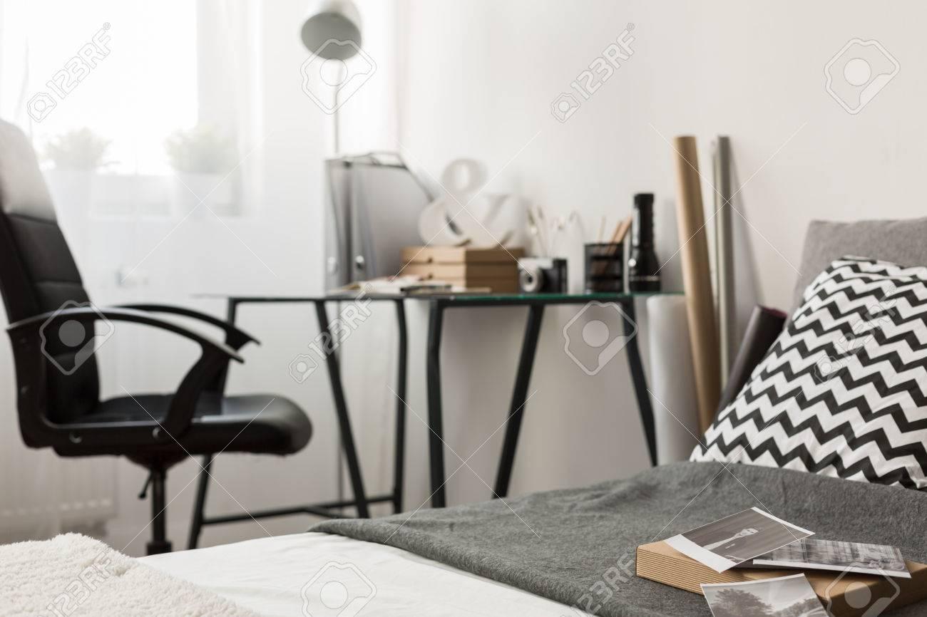 Espace Bureau Maison : Image simple espace bureau à la maison avec des meubles noirs