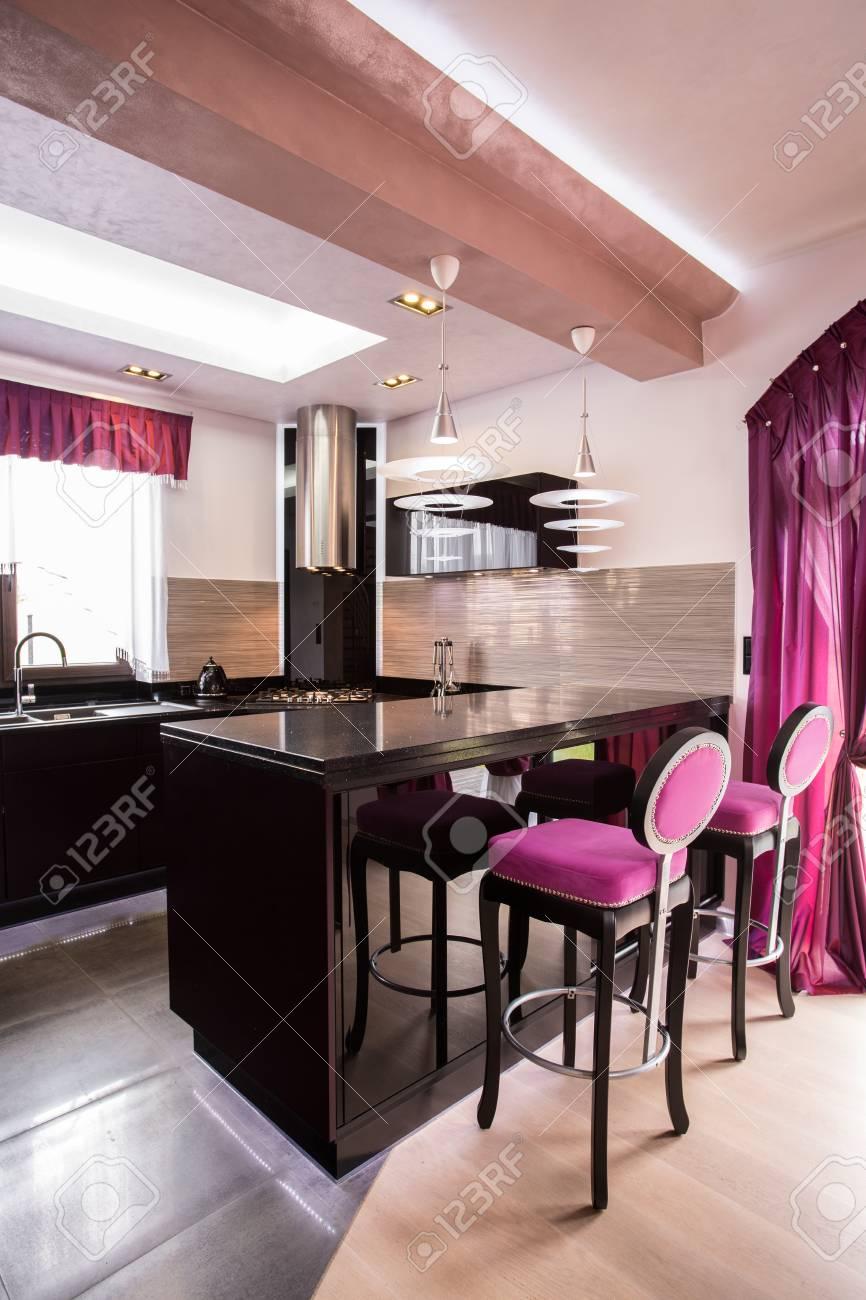 Imagen de la cocina moderna abierta con muebles de negro