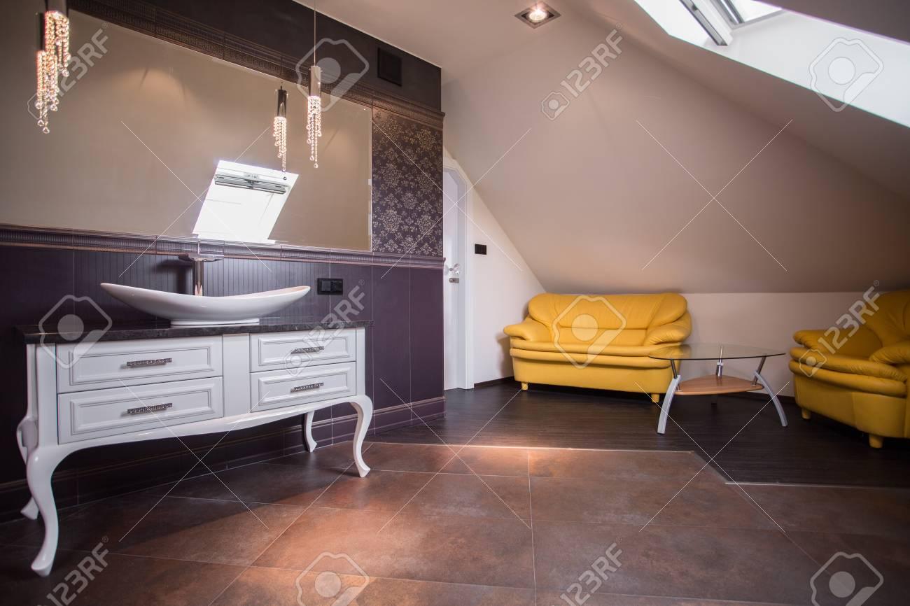 Image de l\'élégant salon meublé salle de bains contemporaine soignée