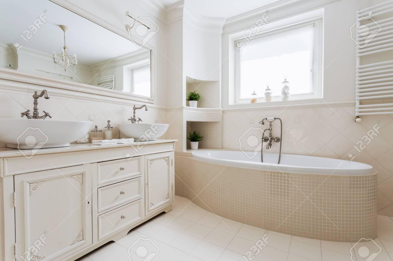Horizontale Bild Von Einem Luxuriosen Badezimmer Mit Fenster In