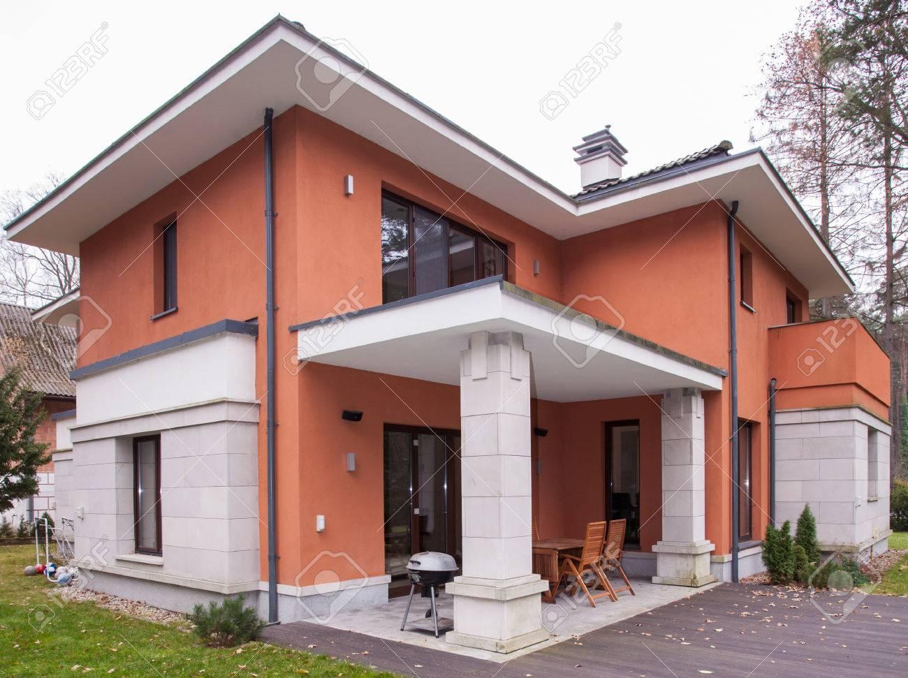Bild Der Zeitgenössischen Haus Mit Außenruhebereich Lizenzfreie ...