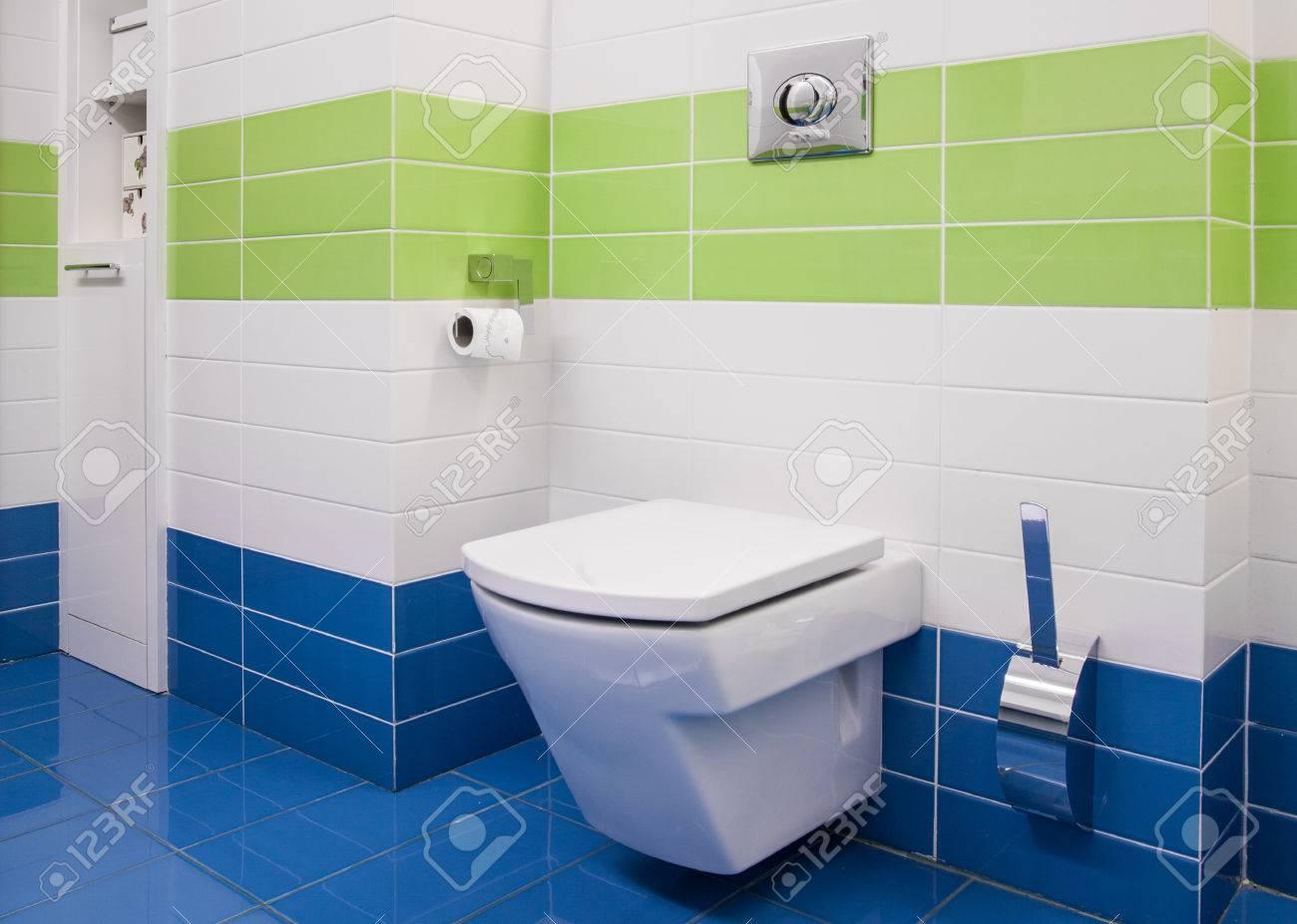 Photo de salle de bains de style moderne avec du carrelage coloré