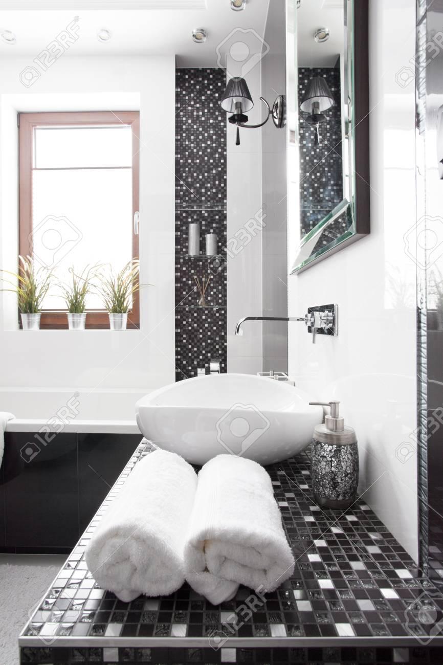 Photo De Salle De Bain Noir Et Blanc intérieur de salle de bain noir et blanc moderne