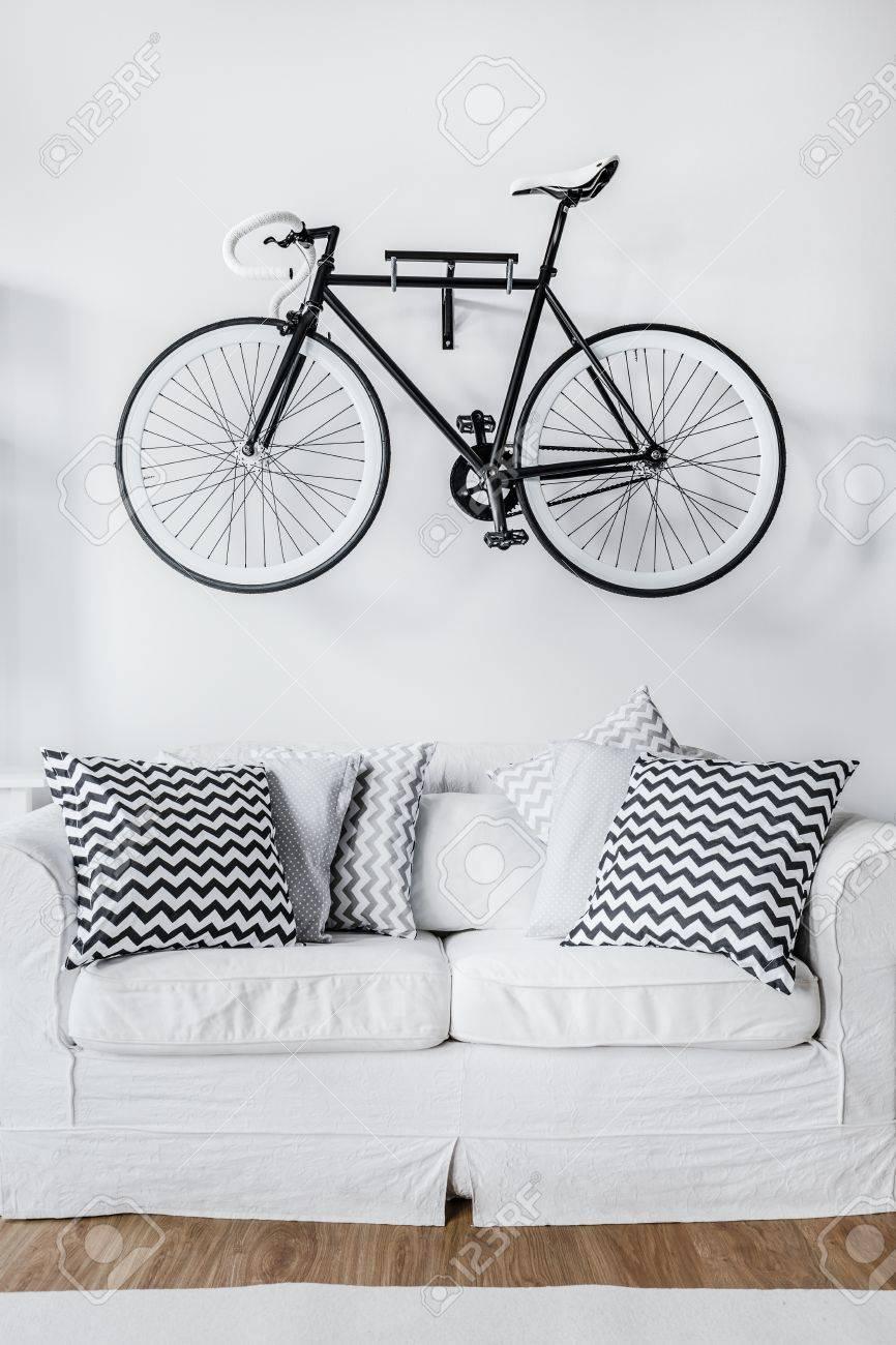 Cuadro De Bicicleta Blanco Y Negro Y Un Sofá Fotos, Retratos ...