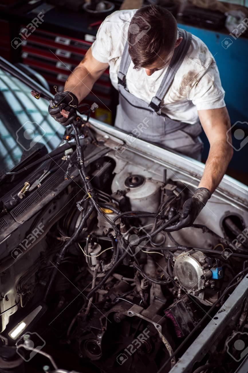 Schmutzige Junge Mechaniker Überprüfung Auto Kabel Lizenzfreie Fotos ...