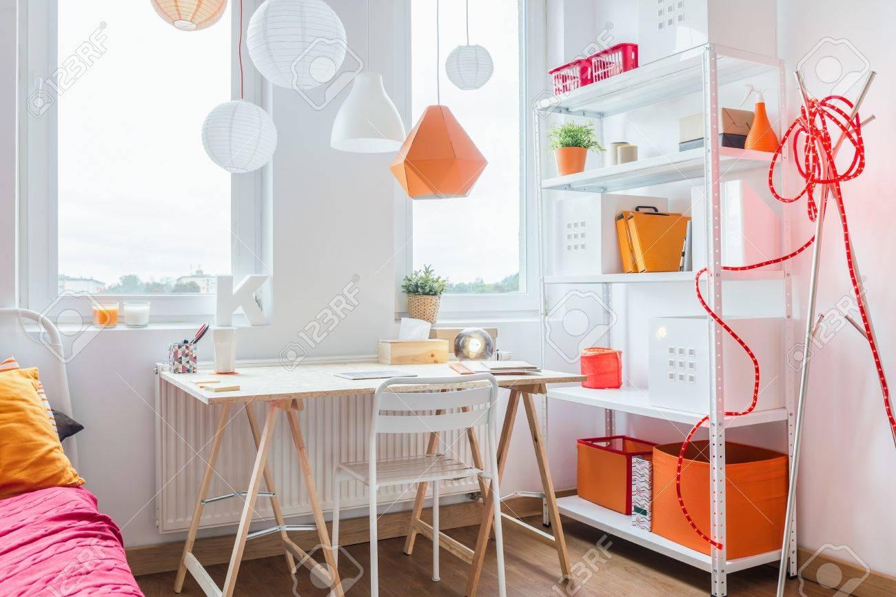 Astounding Schreibtisch Teenager Dekoration Von Holz-schreibtisch In Gemütliche Zimmer Für Teenager-mädchen Standard-bild