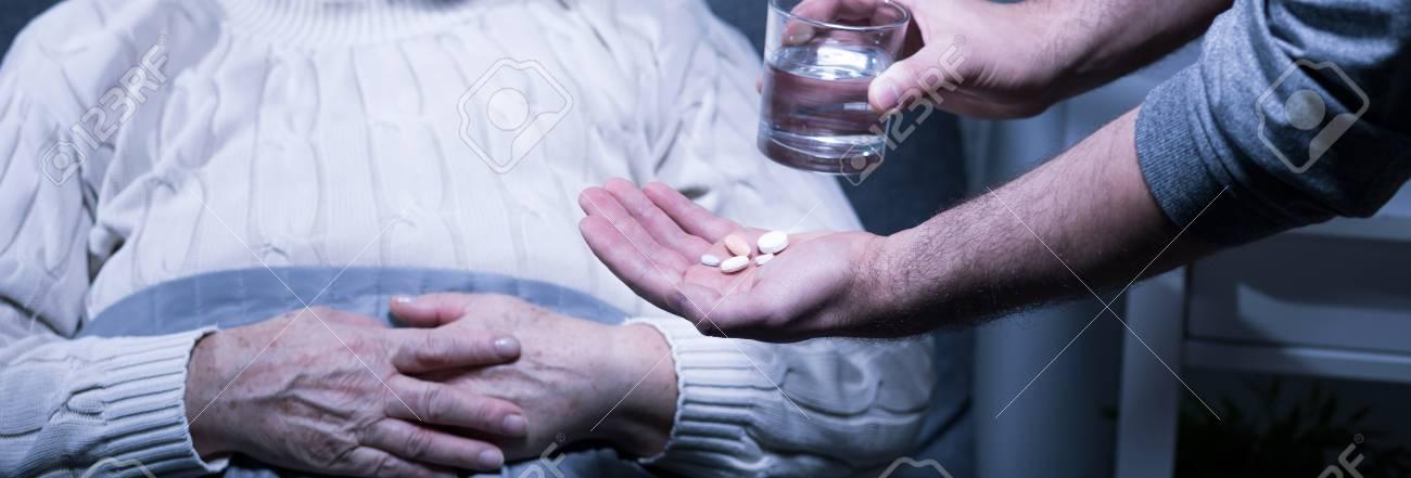 Gros Plan De Homme Donner Les Pilules A Plus Vieux Malade