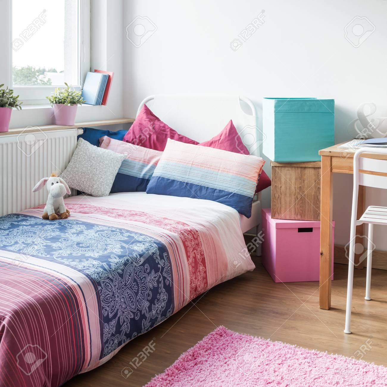 Das Innere Der Modernen Und Gemütlichen Teenager-Mädchen Zimmer ...