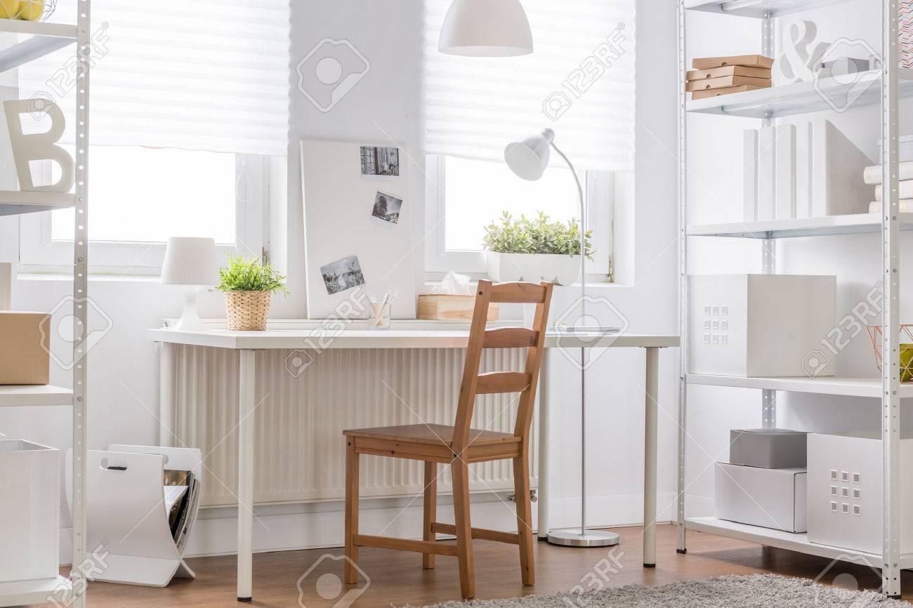 Muebles Blancos Y Silla De Madera Habitacin Minimalista Para
