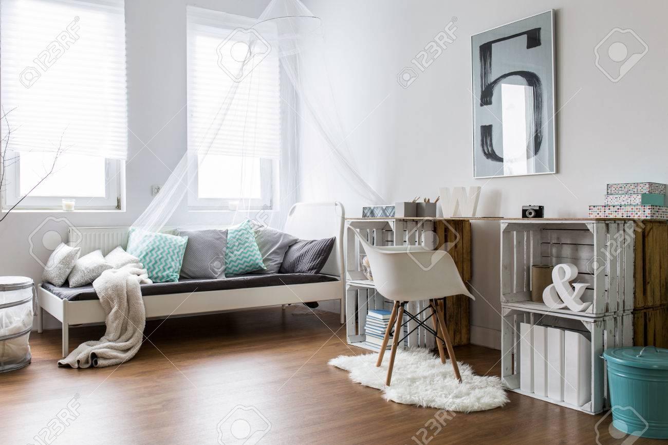 Intérieur spacieux avec lit et bureau écologique en bois banque d