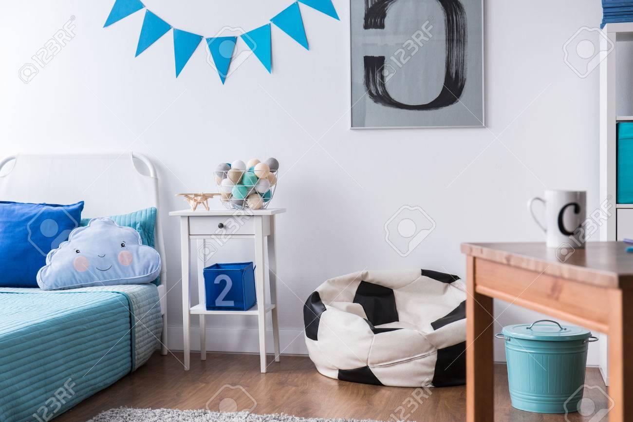 Stilvolle Junge Zimmer Mit Bett, Tisch Und Fußball-Design Sack Stuhl ...