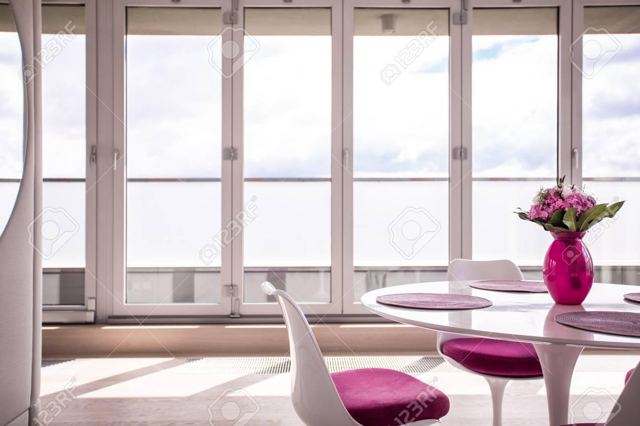 banque dimages salle manger rose et blanche dans lappartement