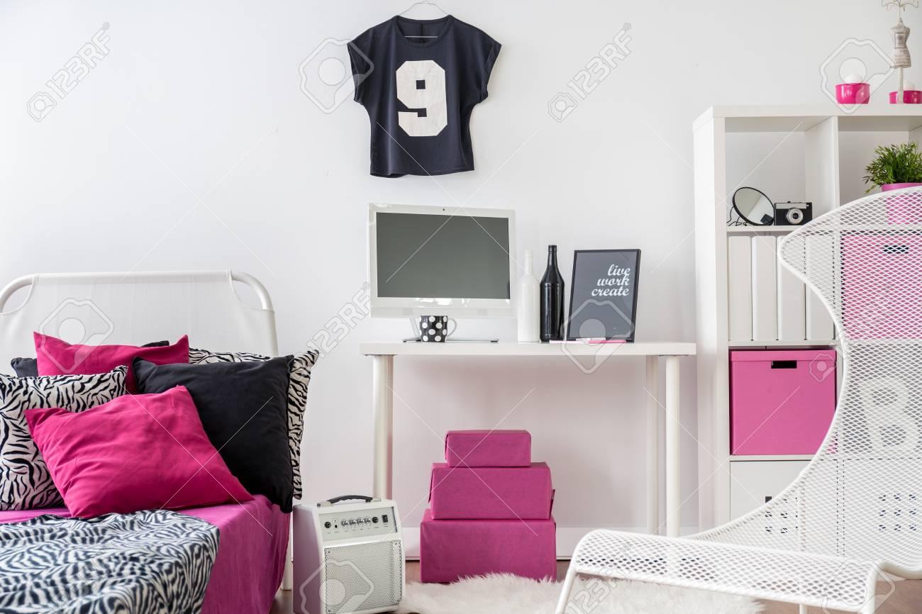 Schlafzimmer Und Arbeitszimmer Kombiniert. Schwarzer, Rosa Und Weißer  Innenraum Für Mädchen. Standard