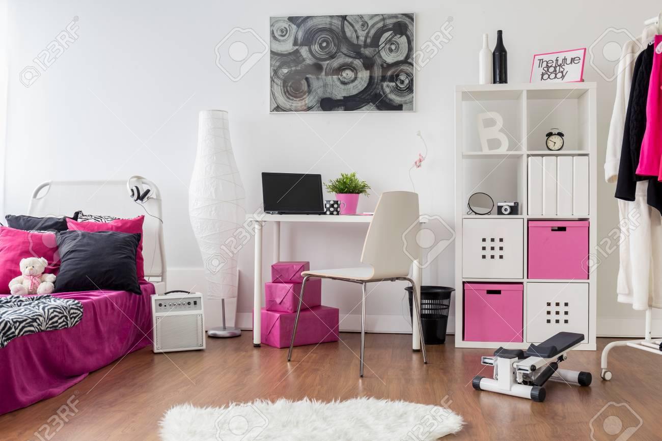 Standard Bild   Stilvolles Mädchen Für Zimmer, Schlafzimmer Und  Arbeitszimmer Kombiniert