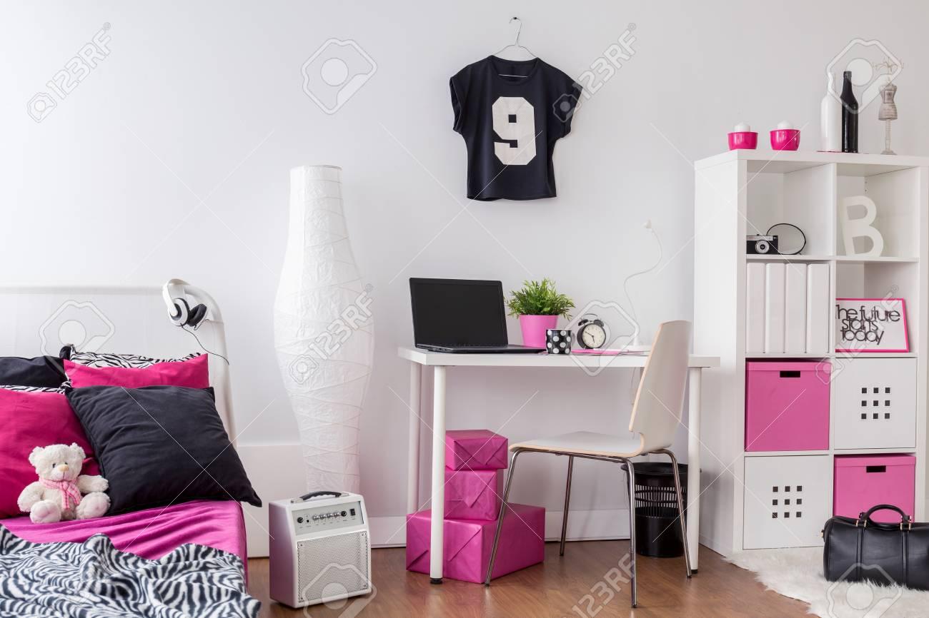 Schlafzimmer Und Arbeitszimmer Kombiniert, Dekoriert In Pink, Weiß ...
