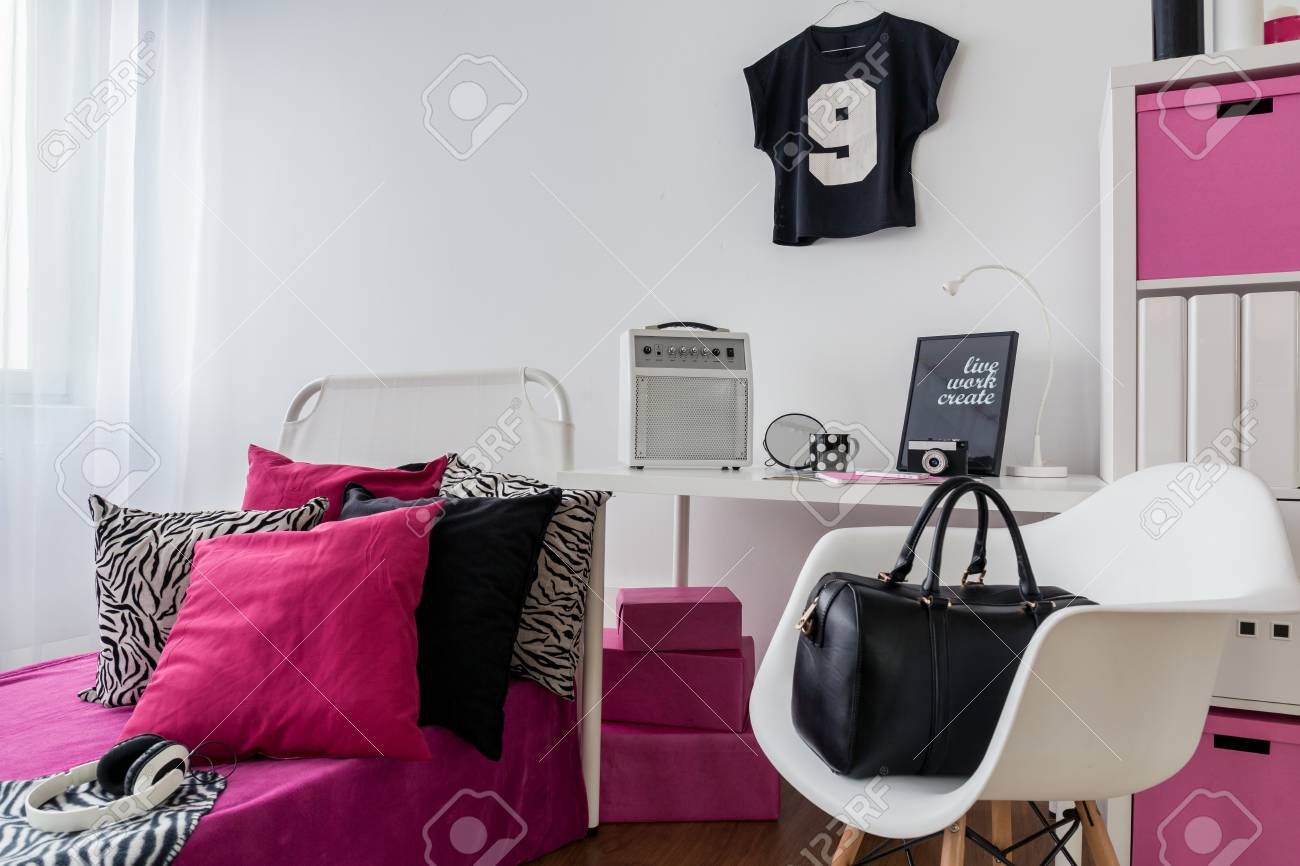 Schlafzimmer Und Arbeitszimmer In Rosa Kombiniert. Weiß Und Schwarz  Standard Bild   51794287