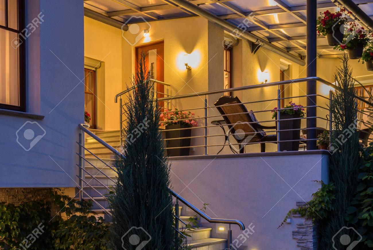 Elégante maison avec terrasse contemporaine au crépuscule