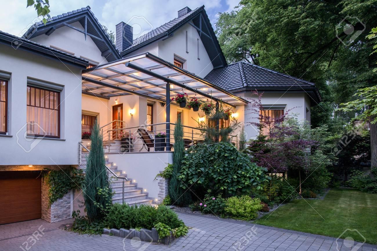 Maison contemporaine indépendante blanche avec un beau jardin