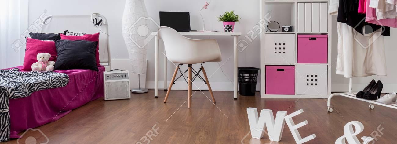 Geräumige Mädchen Raum In Rosa, Weiß Und Schwarz. Schlafzimmer Und  Arbeitszimmer Kombiniert, Panorama