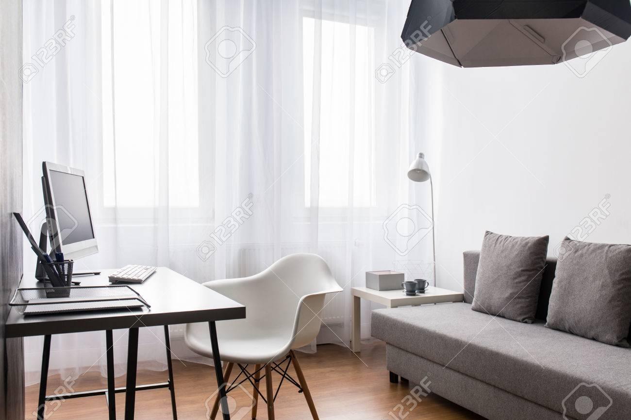 Interieur Lumineux Avec Bureau Chaise Et Canape Chambre Moderne Avec Rideau Blanc Et Plancher Banque D Images Et Photos Libres De Droits Image 52231528