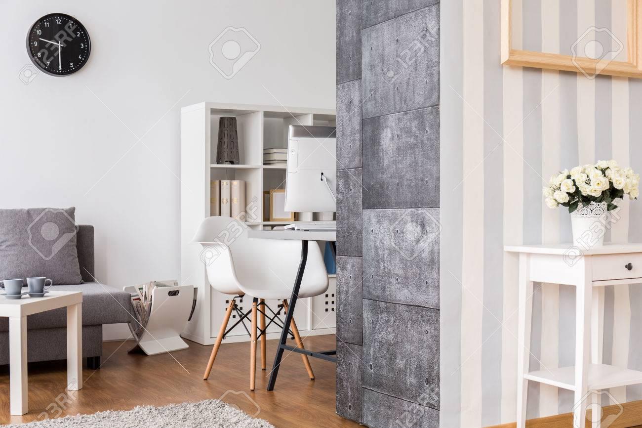 büro und wohnzimmer kombiniert. helle interieur mit dekorativen