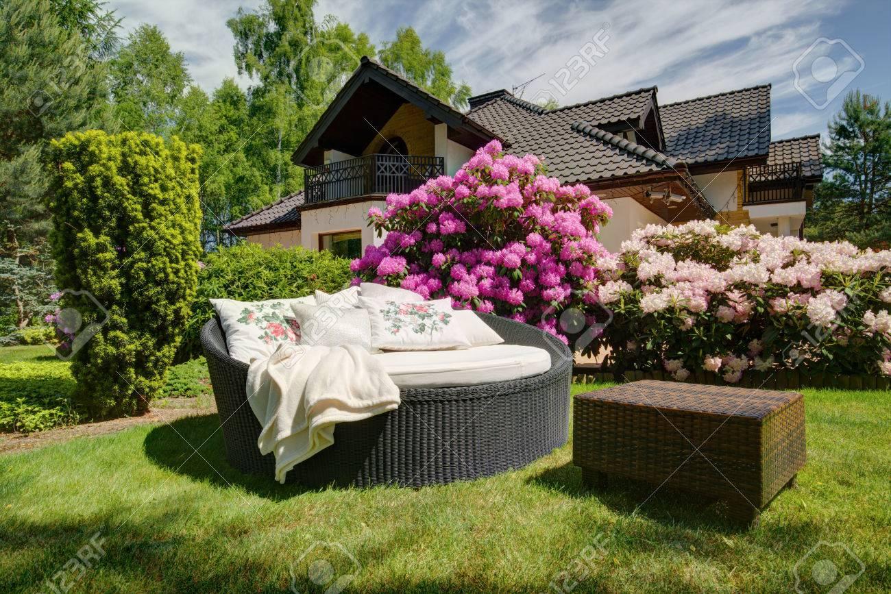 Photo de simples canapé de jardin en rotin et une petite table