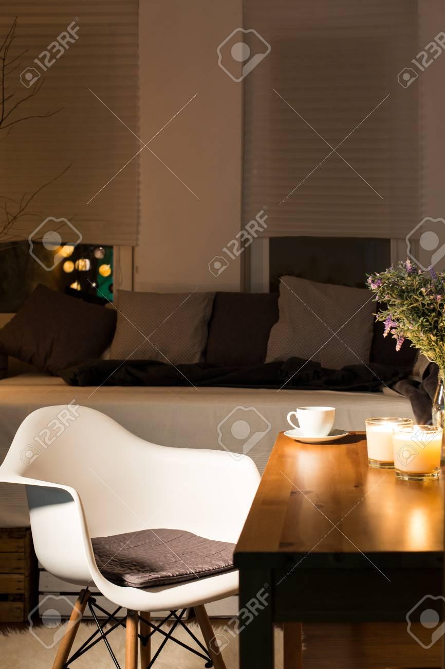 Modernes Zimmer Mit Bett, Stuhl Und Holz Schreibtisch Lizenzfreie ...