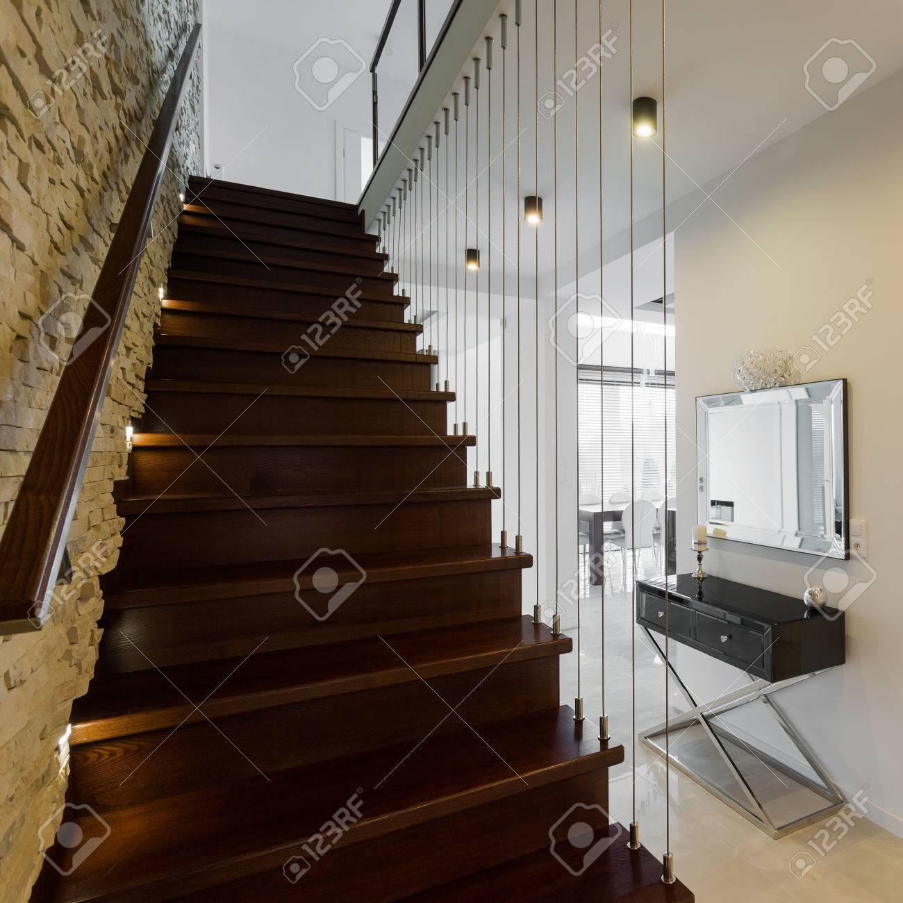 Stijlvolle houten trap in de moderne elegante hal royalty vrije ...