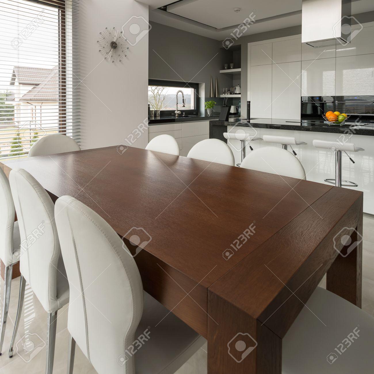 Grande Table A Manger En Bois Dans La Cuisine Moderne Cher