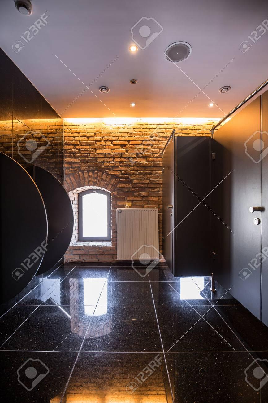 Fancy öffentlichen Bad Mit Schwarzen Glänzenden Fliesen ...