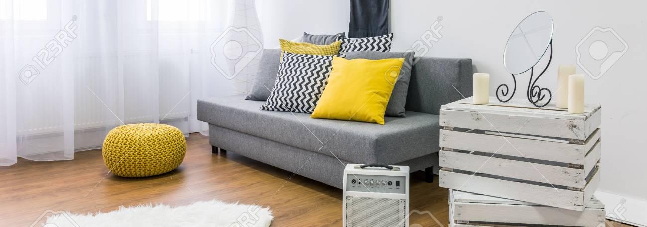 Gemütliches Interieur In Grau, Gelb Und Weiß Mit DIY Möbel, Panorama ...