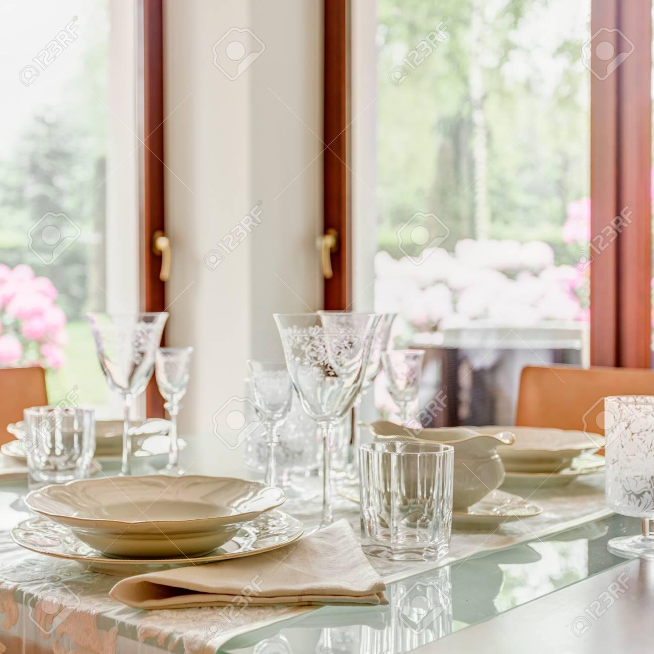 Calici Di Cristallo E Porcellana Da Tavola Sul Tavolo Foto Royalty ...