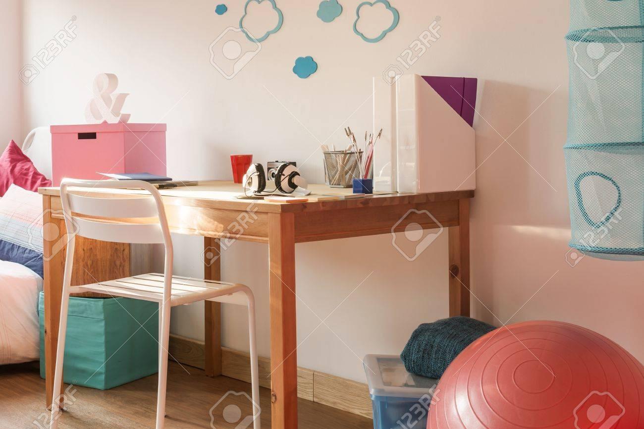 La salle d étude de colorful fille avec bureau en bois banque d