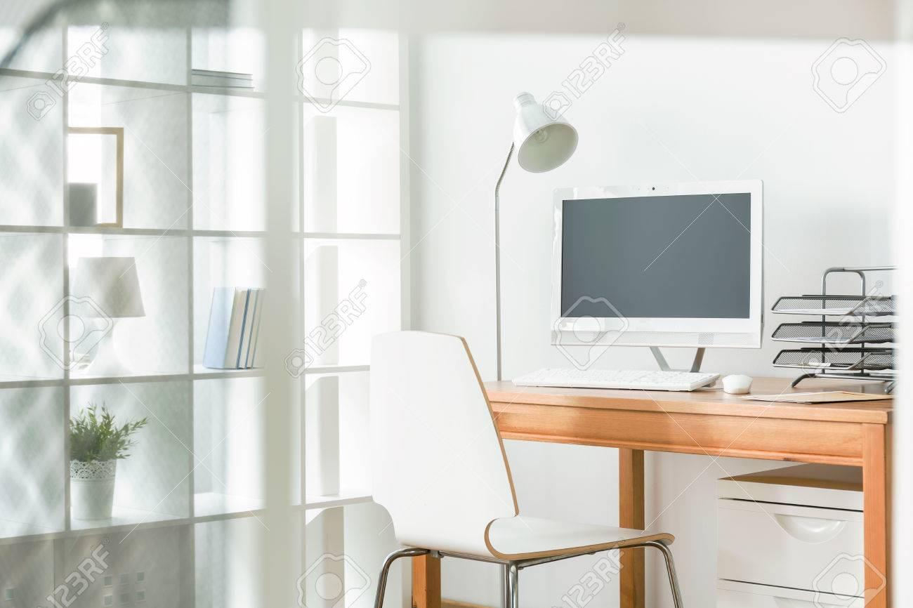 Licht Büro licht büro zu hause mit einfachen stuhl und holztisch stehle und